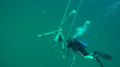 انتقال دستگاه اندازهگيري موج و جريان به موقعيت خود در كف دريا